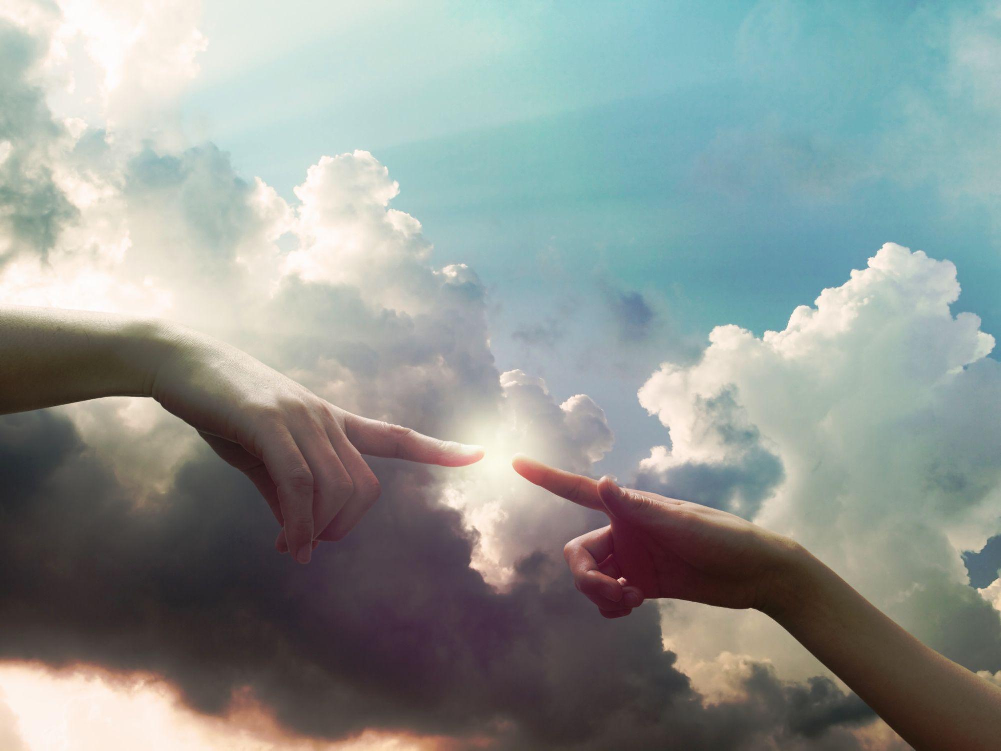 Картинка небо и белые руки